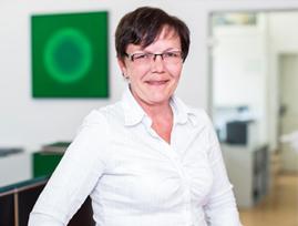 [Translate to Englisch:] Finanzökonomin, Lohn-Sachbearbeiterin Karin Skopnik-Grabarcyk